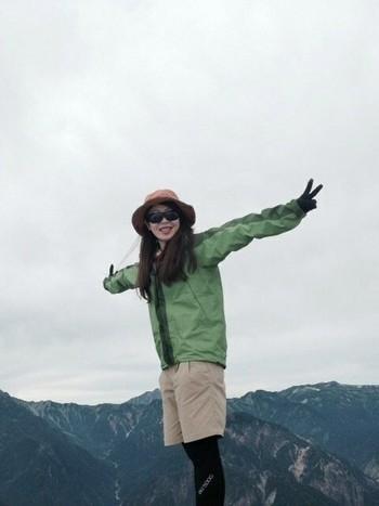 少しづつ気温が低くなってくる秋冬の山の必需品、マウンテンパーカー。ゴアテックスだと、急な雨でも安心です。ベージュとグリーンでナチュラルコーディネート。