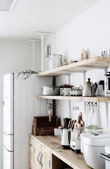 大きな家具はL字型の金具を使って、家具と壁を固定するのが一番強度が高いといわれています。賃貸など壁にネジを使うのは難しい場合は、画像奥のように「ポール式器具」で固定しましょう。耐震マットなどと組み合わせると強度が高くなります。ただ、天井と家具の隙間が大きすぎたり、天井に強度がないと効果が低くなってしまうので注意しましょう。