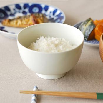 """熟練の職人の手しごと、古き良き日本の道具を「使い手」の立場に立った視点で作り続ける東屋(あづまや)からは、シンプルな無地の椀「花茶碗 土灰(はなちゃわん どばい)」をご紹介したいと思います。 程よく丸みを帯びた形と、シンプルで主張しすぎない風合いが魅力の""""花茶碗""""。手に持った時にしっくりと優しく手に馴染み、手持ちのどの和食器ともよく合います。"""