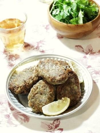 キョフテとは肉や魚を団子状にまとめたハンバーグのような料理です。世界中で広く親しまれているキョフテを、最近人気のサバ缶で作ったレシピ。カレー粉を使っているので、お子さんも美味しくお魚を食べることができます。