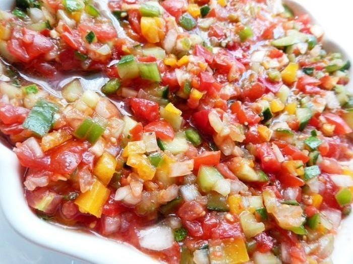 野菜をきれいに切り揃えて彩り豊かに仕上げたサラダは、地中海に面しているトルコならではですね。スペインのタコを使ったサラダにもよく似ています。ライムを効かせてさっぱりと頂きましょう♪