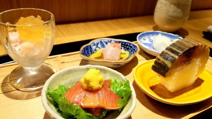 こじんまりとして落ち着く空間と、出汁の香りに癒されるお店です。ご飯は滋賀産のコシヒカリで、信楽焼中川一辺陶のご飯鍋で炊き上げられます。