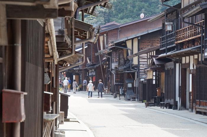 塩尻市にある奈良井宿は、福島宿から北へ3つ目、中山道全体で見ると江戸からも京都からも34番目に位置する、69次のちょうど真ん中の宿場です。日本最長の宿場町で、南北に約1km、東西に約200mにわたり商店、宿、民家が軒を連ね、「奈良井千軒」と呼ばれる賑わいでした。