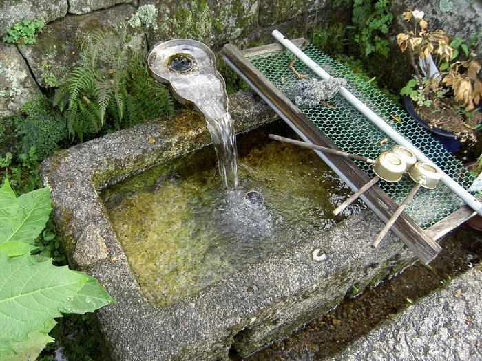 湧き水は生水(しょうず)と呼ばれ、生活水として使われます。このしくみを川端(かばた)というそうです。