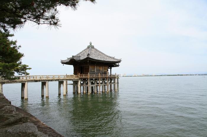 大津市堅田の琵琶湖に浮かぶ「海門山満月寺浮御堂」。995年頃に湖上通船の安全と救済のために建立されました。堅田の落雁として近江八景にも指定されています。