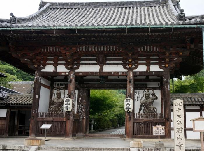 大津市の瀬田川のほとりにある、奈良時代から観音の聖地とされてきた真言宗大本山石山寺。紫式部が源氏物語の着想を得た地ともいわれ、文学の寺・学問の寺としても有名です。