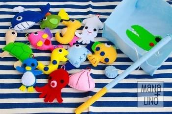 カラフルで柔らかくて手触りの良いフェルトは、お子さんのおもちゃに最適です。 こんな可愛い魚釣りゲームはいかがでしょう? フェルトでマスコットを作りクリップなどをつければ、磁石で釣ることができます♪