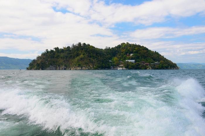 近江今津から長浜にかけての、奥琵琶湖と呼ばれる琵琶湖北端に浮かぶ「竹生島」。今津港と長浜港のほぼ中間に位置し、琵琶湖八景にも選定される美しい島です。