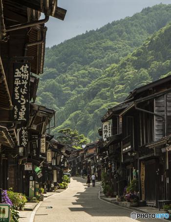 江戸時代の五街道の一つ、中山道。中でも「木曽路」は、今も当時の面影が残る風情豊かな道です。木曽の美しい山々を背景に、当時賑わいを見せた宿場町が今も営みを続け、訪れる人をゆったりと迎えてくれます。