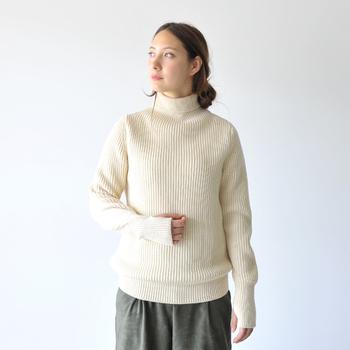 旧き善きデンマークの伝統文化を後世に継承したいという思いから、2人の夫婦によって作り出されるセーラーセーター。伝統を踏襲するだけでなく現代的なエッセンスも注ぎこまれ、ファッション性の高さも折り紙付き◎。アウターとして十分活躍できるほどの保温性があり、ライトアウターを羽織るだけでも防寒対策はバッチリです。