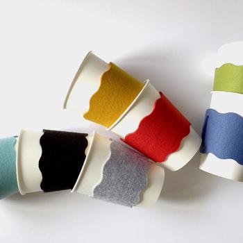 温かい飲み物を飲む時に便利なカップスリーブ。 その日の気分で色を変えて使いたいですね。 作る場合は、コーヒーショップなどで付いてくる紙製のカップスリーブを型紙にしてフェルトを裁断し、端を縫い合わせてみてください。
