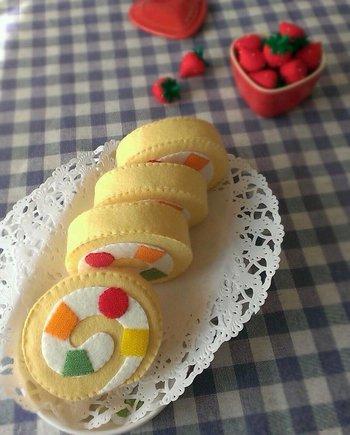 カラフルなフルーツが入ったフルーツロール。 フルーツ部分は色付きマジックテープ仕様になっているので、4切れのケーキを1本にくっつけたり、切ったりして遊べます。