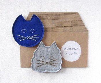 なんともいえない表情の猫が愛らしい。 コースターそのものの形を工夫するのもおしゃれですね。 刺繍でオリジナリティをプラスして。