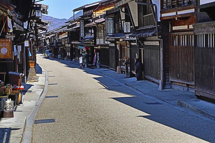 さあ、それでは木曽路を少し歩いてみることにしましょう。どの宿場町もそれぞれに風情があります。まるで時が止まったような街並みは、お侍さんや髷を結った女性に出会ってしまいそうな程、風情があります。例えば奈良井宿。ここは昭和53年に国の重要伝統的建造物群保存地区に選定された宿場町です。