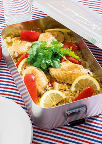 お米から炒めて炊き上げる本格パエリアですが、じつは手順は簡単。タイカレーなどで味つけしていますので、手軽ですがとても本格的な味わいです。仕上げにパクチーやスライスレモンを添えて、爽やかさを演出♪