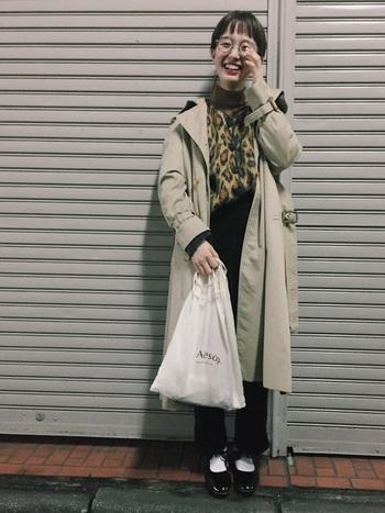 レオパード柄をインしたときも、ブラックのパンツと靴、そしてトレンチコートで上品に。ざっくり羽織った着こなしでも素敵に見えるのは、トレンチがベーシックなデザインだからこそ。
