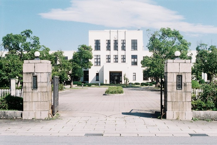 建築家ウィリアム・メレル・ヴォーリズ設計の「豊郷小学校」。登録有形文化財にも指定される貴重な建造物です。新校舎建設以後、閉鎖されていましたが、近年観光名所として無料公開されています。