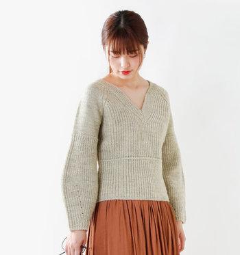 袖や肩など編み方を変え、たっぷりとしたボリュームの袖が印象的。1枚で着たときの計算されたシルエットと着用感にこだわり、品の良いデザインなのでどんなスタイルに合わせてもサマになりますよ。