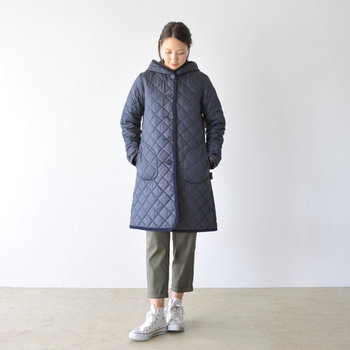 """高いデザイン性と安定した品質を誇る、英国のブランド「LAVENHAM」。定番モデルの""""ブランドン""""は、サッと羽織るだけでスタイリングの主役に。ダイヤモンドキルティングと表地のマットな質感は、ノスタルジックな色合いと相まってクラシカルで気品が漂います。パンツだけでなく、ワンピースやスカートとも高相性です♪"""