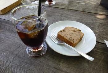 ホームメイドの『パウンドケーキ』と『アイスコーヒー』。 ハンドドリップで淹れてくれるコーヒー、こちらのお店も湧水を使っているそうです。飲みものメニューには地元産りんごジュースも。