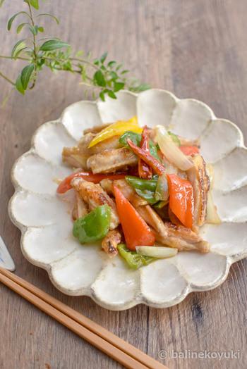 スイートチリソースを使った、ちょっと甘めのエスニック味もおすすめ。野菜の彩りも美しく、おしゃれなメインディッシュとしてテーブルを華やかにしてくれます。