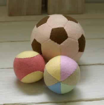 小さなお子さんでも安心して遊べるフェルトの柔らかなボール。 落ち着いたカラーで作ると、飾っておくだけで可愛いインテリアとして活躍してくれますね。