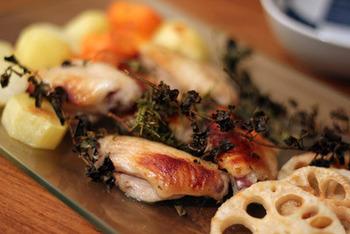 手羽中をたれに漬け込んで、蓮根や人参などの根菜や、オレガノ・ローズマリー・タイムなどたっぷりのハーブとともにオーブンで焼くだけ!手羽中は、シンプルに塩こしょうをもみ込むだけでもOK。油をまぶしておくとムラなく焼けます。簡単なのに豪華なメインができあがりますよ。