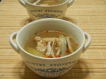 コラーゲンたっぷりで、とってもいい出汁が出る手羽中のチキンスープをベースに、2種のアレンジを。ひとつは、中華風・酸辣湯スープで、もうひとつはエスニックのグリーンカレースープ。具材が同じでも全く味わいの違うスープになりますので楽しいですよ。
