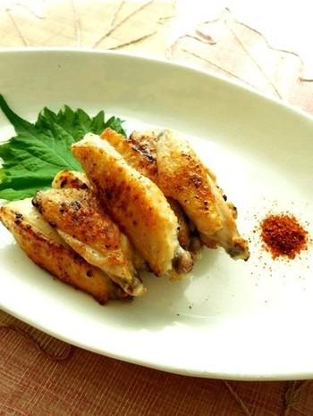 手羽中に、昆布茶や塩、酒、油などをまぶして、トースターなどで焼き上げる簡単な一品。皮目をパリッと焼いて香ばしさを出せば、絶品のおつまみに。一味唐辛子を添えてどうぞ。