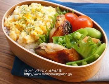 西京味噌に一晩漬けこんだ手羽中をグリルで焼いたものと、里芋の煮物、炒り卵などを合わせて。茶色い手羽中も、赤・黄・緑とその他のおかずでカラーバランスを調節することで、彩りが美しいお弁当に仕上がります。