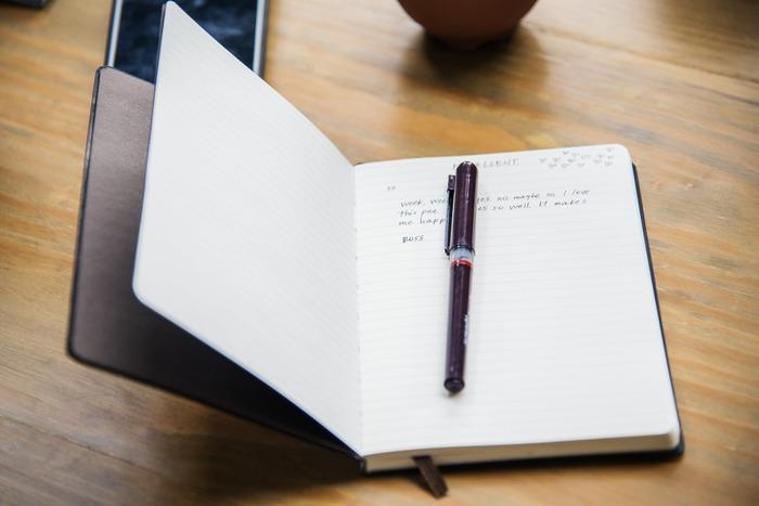 一日のモヤモヤは寝る前にすっきりさせておきましょう。頭の中や気持を整理するには、日記は効果的です。気になることや、嫌なことを書いたら、良かったことを書くのも忘れずに。「いろいろあったけどこんないいこともあった」と思えたら、穏やかな気持ちで眠りにつくことができます。