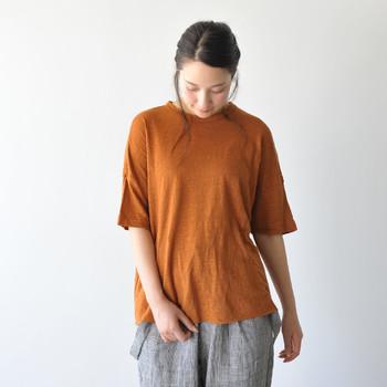 暑い季節に冷房が使えない場合は、リネンやコットンなど通気性や速乾性に優れた涼しい素材の服がおすすめです。また、上下風通しが良いゆったりとしたシルエットのものを選ぶと◎