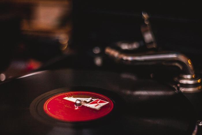 眠る前に音楽を聴いてリラックスするのもおすすめです。とはいえ、音楽の種類によっては覚醒してしまうものもあるのでどんな曲でもOKという訳ではありません。「このアルバムをかけているうちに自然と眠ってしまった」というようなことはありませんか?そんなアルバムがもしあれば、寝る前にかけることで「これを聴けば眠れる」という自己暗示も作用して、より眠りやすくなりますよ。