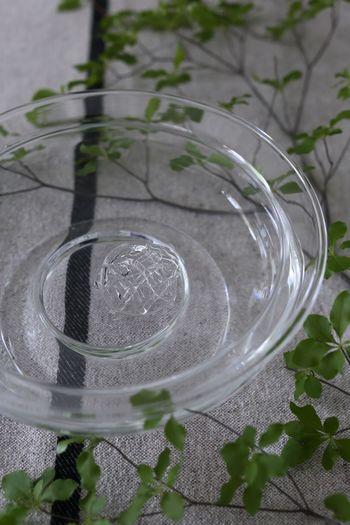 こちらがガラスの花止めです。ブーケをバランスよく生けるだけではなく、枝ものにも活用できるんですね。