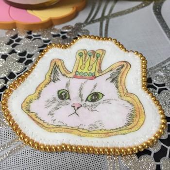 アイロンプリントはフェルトにも転写できるそうです。 切りっぱなしでもほつれず扱いやすいフェルトは、手芸初心者さんでもチャレンジしやすいです。  猫の愛くるしい表情がインパクト大のこちらの作品。縁は金色のビーズで仕上げることでリッチ感もたっぷり!