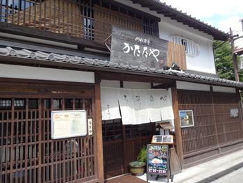 築180年の古民家ダイニング「門前茶屋かたたや」。江戸後期に中山道を旅する人の休憩処として評判を呼んだ茶屋が時を経て生まれ変わりました。