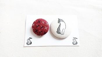 ちょっと試してみたい時は、お好みのイラストを小さくくるみボタンにプリントしてみるのはいかがでしょうか。  こちらの作品は、猫のイラストとくるみボタンの丸いフォルムが相まって、優しげな印象に仕上がっています。