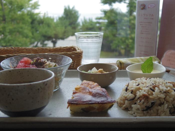 浜大津にある大津市民会館2階の「マドカフェ」。地元の新鮮な野菜や卵を使った、体にやさしい自然派ランチをいただけます。
