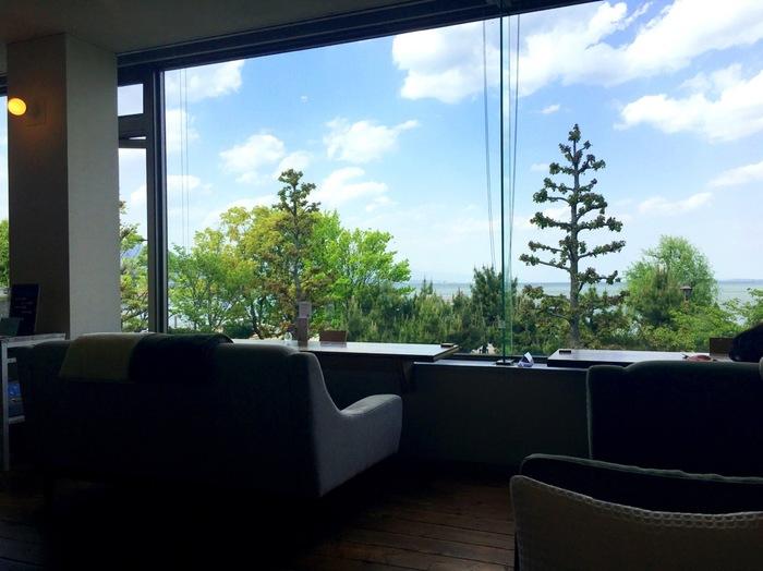 ソファ席の前の大きな窓からは、琵琶湖が一望できます。