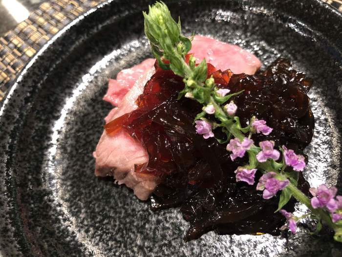 ランチはステーキランチや牛鍋膳などのほか、1日20食限定のコース松喜屋御膳も。