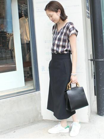 チェックのスキッパーシャツに、この秋トレンドのタイトスカートとレザーバッグを合わせたキレイめコーデ。足元をスニーカーではずすことで、チェックシャツにカジュアル感が生まれます。