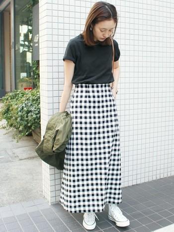 マキシ丈が印象的なチェック柄のAラインスカートは、黒のトップスでコンパクトにまとめると◎。タックインでハイウエスト気味に着こなすと、脚長効果も期待できますね。