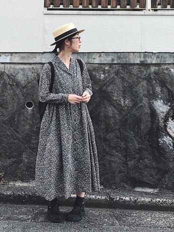 こちらは、黒ベースの花柄ワンピースをあえて黒小物でまとめた洗練されたスタイル。歩くたびにし裾がふんわりと揺れる女性らしい雰囲気と黒のアイテムが見事にマッチしています!