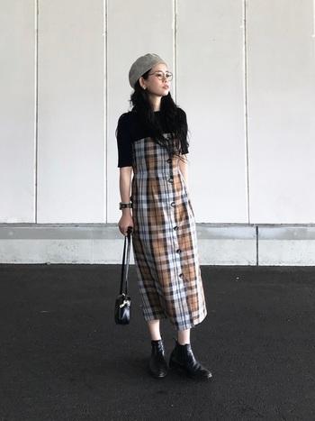 ベアトップタイプのワンピースは、インナーに黒を取り入れること子供っぽくなりすぎないコーデに。足元に黒のハイカットブーツを持ってくることで、ハードさがプラスされ甘すぎない大人の着こなしになります。
