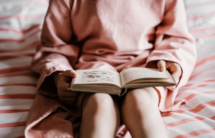 """""""こもりおはなしは""""とは、ママやパパが子守りをしながら、子供達の成長にあったおはなしを読んであげることです。大人は物語を重視して本を選びますが、子供が絵本の世界に入って行くきっかけは、「絵」を見るだけでその本の物語がわかるかどうかと言われています。ぜひ、子供目線で絵をめくって本を選んでみてください。"""