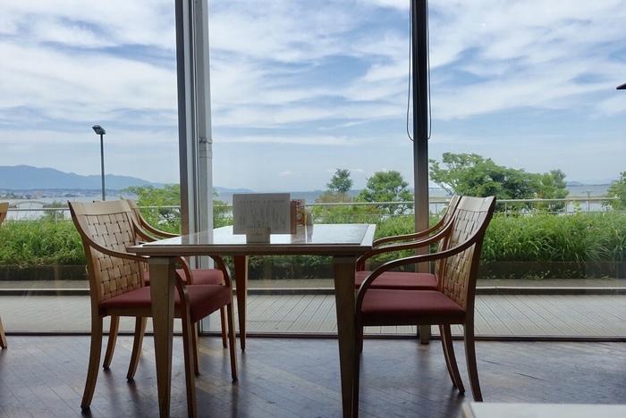ホテル内のレストラン「ザ・ガーデン」のランチバイキングは人気。店内にはやはり琵琶湖が見える大きな窓があります。