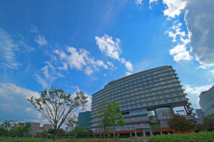 大津市浜町にある湖畔に建つ琵琶湖ホテル。
