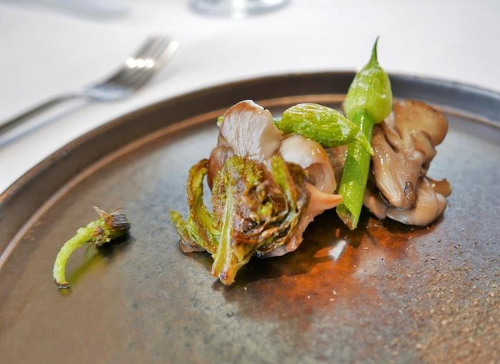 ベースとなるイタリア・トスカーナの郷土料理を日本風に仕上げたシェフおまかせのコース料理で、前菜・パスタ・メイン料理・デザート・食後の飲み物という構成になっています。