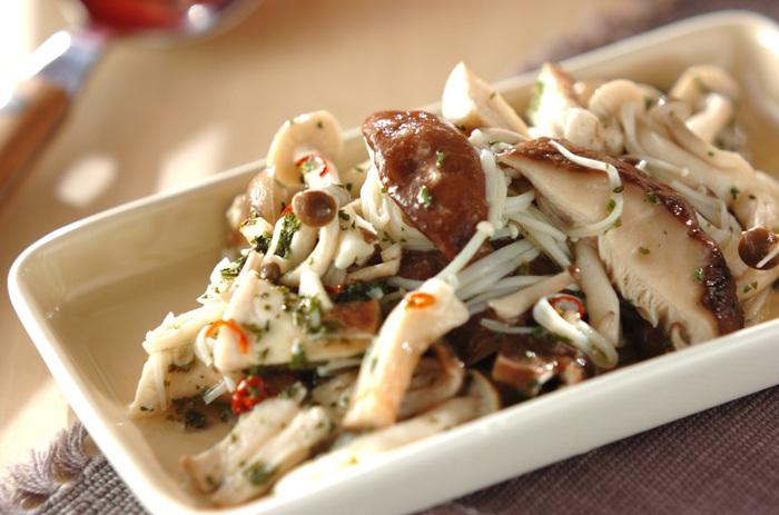 シイタケ、シメジ、エノキなどの秋野菜の代表格キノコを3種使ったマリネ。きのこは低カロリーで食物繊維も豊富、そして価格も安定しているので、たくさん作って毎日食べたいですね。