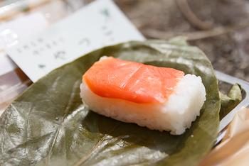 金峯山寺の目の前にある老舗の柿の葉寿司店。大正時代に創業して以来、厳選した素材と変わらない製法で1つ1つ手作りされる柿の葉寿司は地元でも評判の美味しさ。吉野土産にもおすすめです。